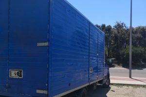 Camion azul de transporte